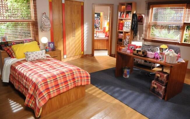 O quarto da personagem Alice (Sophia Abrahão) foi idealizado para uma garota bonita e popular. Cores fortes destacam o cenário da novela Rebelde