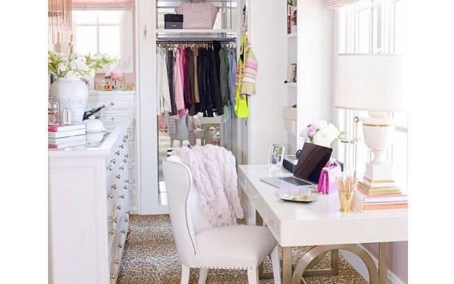 Por que não montar o home office no closet se ali houver espaço e boa iluminação? Destaque para a bancada repleta de gavetas
