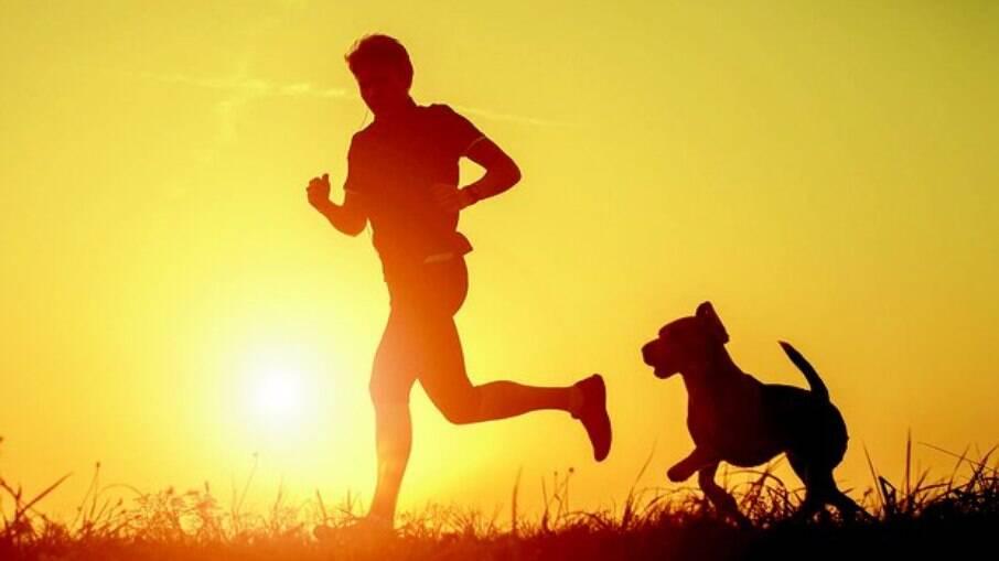 Caminhadas de intensidade moderada ao menos cinco vezes por semana, ajudam a reduzir as crises da doença, principalmente em pacientes moderados e graves