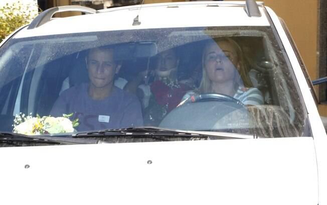 Isis Valverde deixa hospital após acidente de carro