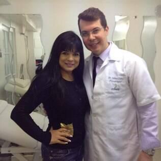 Mara Maravilha e o Dr. Juliano Crema após procedimentos estéticos em Londres
