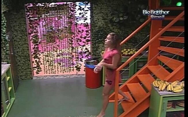 Renata acorda para ir ao banheiro do Quarto Floresta