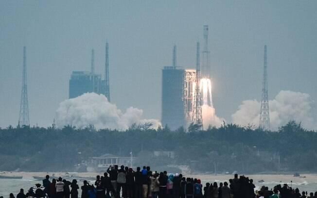 O foguete Longa Marcha 8 Y-1 saiu às 00h37 locais de Hainan, ilha do sul chinês, carregando cinco satélites