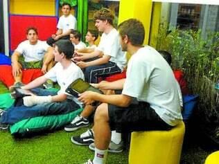 Colaboração. Sem carteira, com ambiente descontraído, escola quer construir novo conceito de interação com alunos