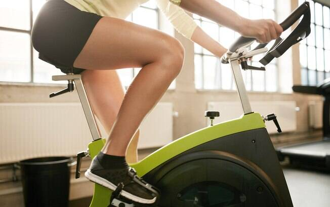 Preste atenção ao ajuste da bike para evitar lesões ou sobrecarga nas articulações. Na dúvida, peça ajuda a um professor na academia