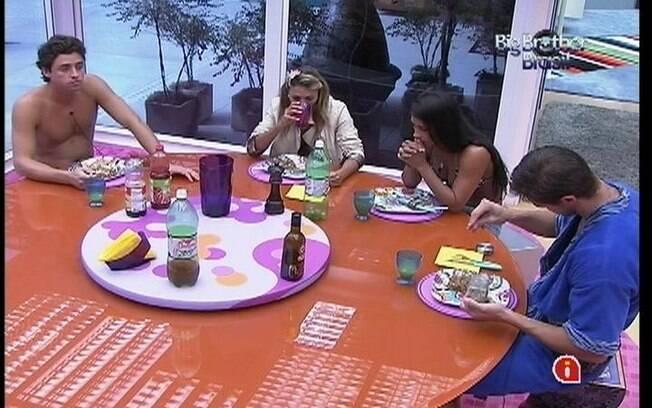 Confinados reúnem-se para almoçar