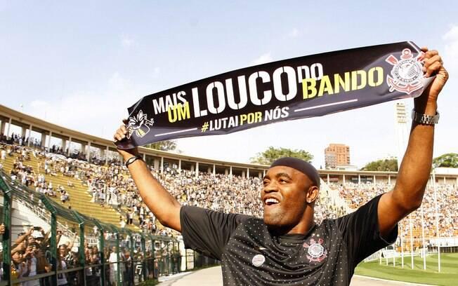 Anderson Silva é recepcionado pela torcida  corintiana no Pacaembu