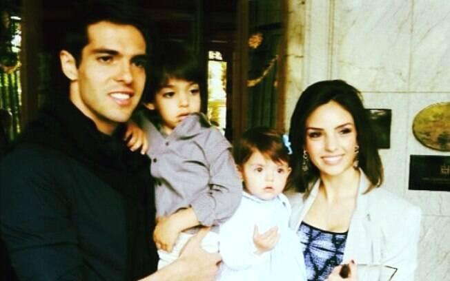 Kaká e Carol com os filhos, Lucca, de 3 anos e 11 meses e Isabella, de um ano