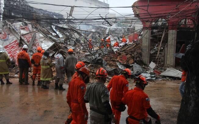 Prédio desaba após explosão na zona norte do Rio de Janeiro
