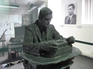 Alan Turing foi um matemático, lógico, criptoanalista e cientista da computação