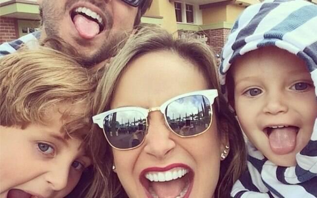 Claudia Leitte faz selfie com a família
