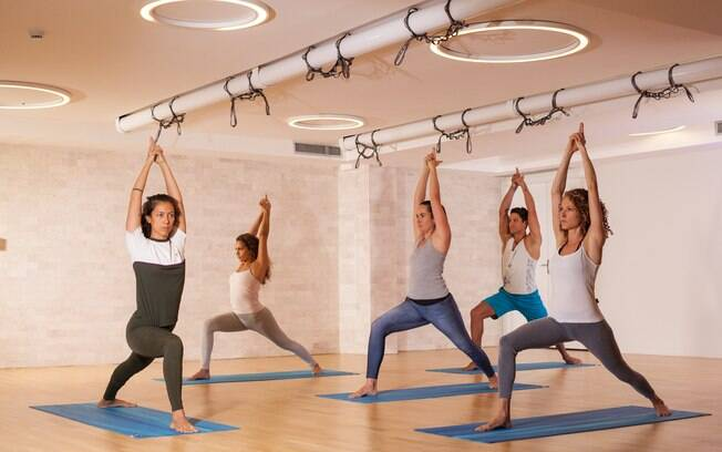 Concentração e equilíbrio são essenciais para a prática da ioga, seja ela tradicional, com tecido ou em uma sala climatizada