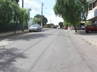Assaltantes atacaram casal que havia estacionado o veículo em avenida no centro