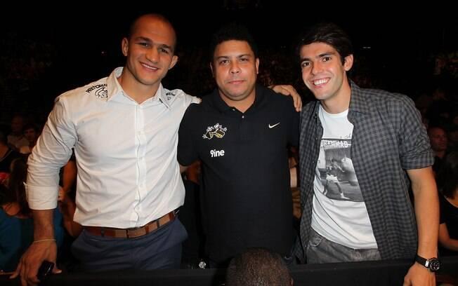 Campeão dos pesados do UFC, Júnior Cigano  acompanhou a luta ao lado dos astros do futebol  Kaká e Ronaldo