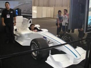 Carro de Fórmula 1 interage com jogo de corrida no estande da Intel