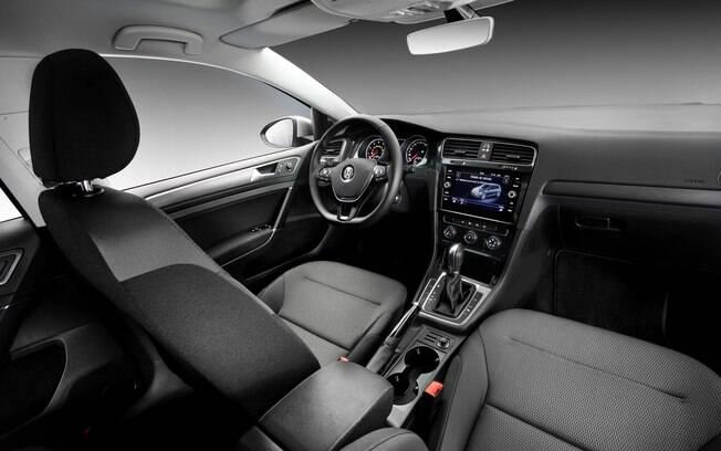 Por dentro, a central multimídia com tela sensível ao toque é um dos principais destaques do modelo médio da marca alemã