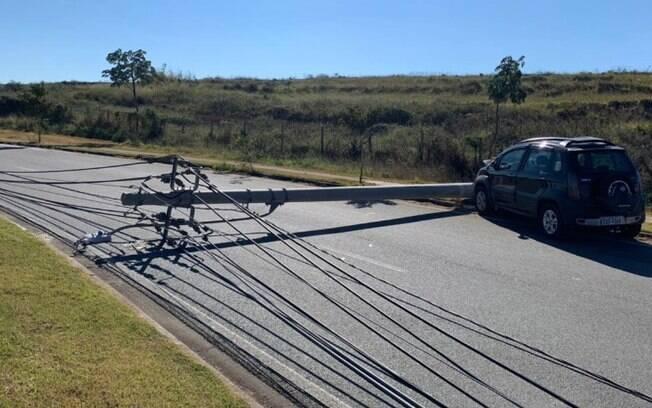 Batida de carro derruba três postes e interdita avenida em Campinas
