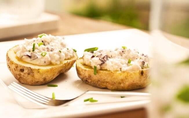 Foto de batatas assadas com creme de queijos e azeitonas