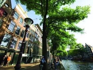 Anne Frank. Turistas tiram fotos frente à casa