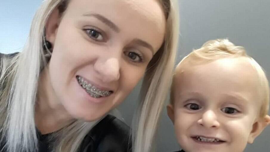 Mãe ao lado de filho morto em ataque a creche em SC