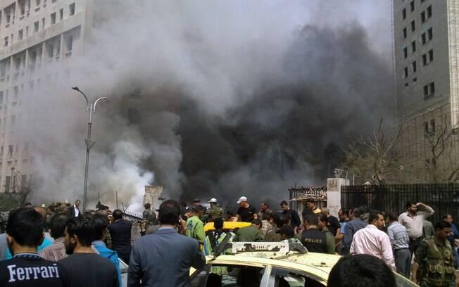 Fumaça e carros destruídos na praça Sabaa Bahrat, em Damasco, após explosão de carro-bomba (08/04)
