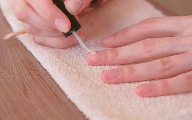 Utilizar uma boa base de unha com componentes de vitaminas também é importante para que as unhas fiquem fortalecidas