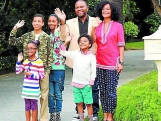 """Tradição x modernidade. Andre e Rainbow e filhos compõem a família protagonista de """"Black-ish"""""""