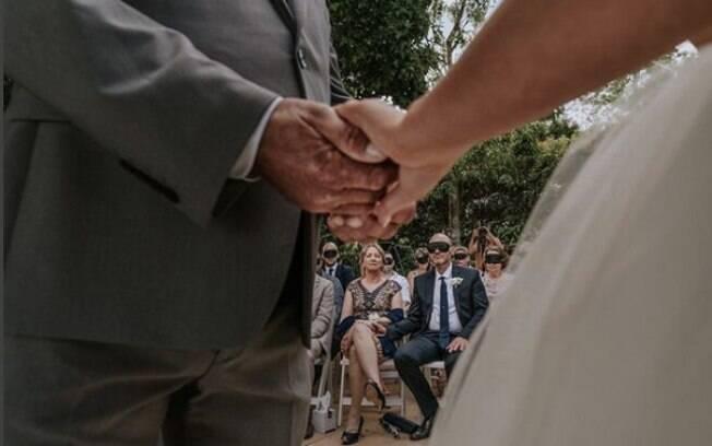 Convidados que compareceram à festa de casamento do casal foram surpreendidos com máscaras para vendar os olhos