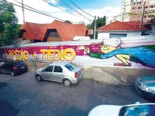 Manifesto. Pintura em tapumes colocados para isolar imóveis protesta contra a construção de prédio residencial no terreno das casas