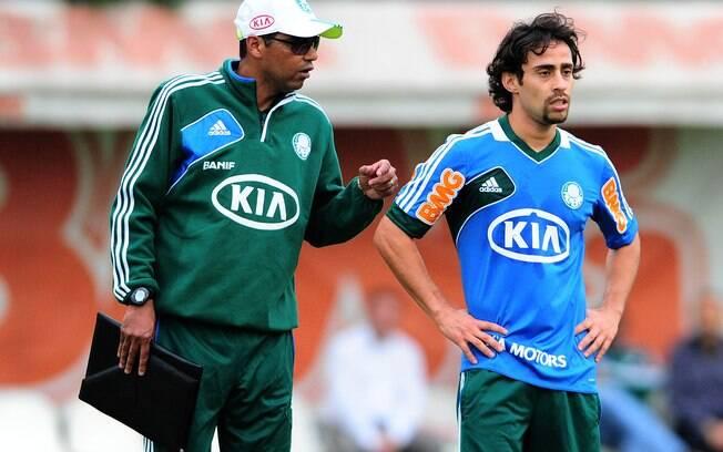 Narciso, técnico interino do Palmeiras,  conversa com o meia Valdívia durante o treino