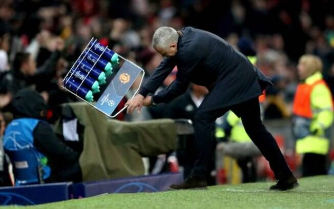 Mourinho jogou a caixa de garrafas d'água no chão após gol de Fellaini contra o Young Boys