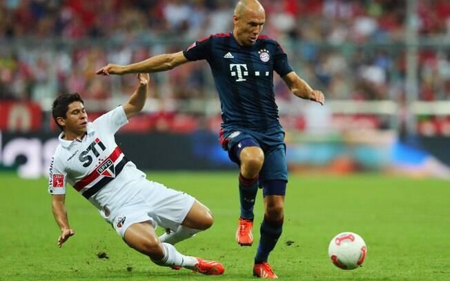 Osvaldo tenta desarmar Robben na derrota do  São Paulo para o Bayern de Munique na Copa Audi