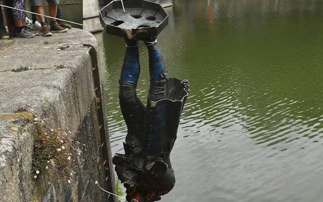 Edward Colston tem estátua derrubada por manifestantes na Inglaterra