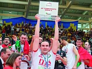 Vitória especial. Giacomo Sintini (centro) voltou ao vôlei e venceu a liga italiana de vôlei, com o Trentino, após superar a leucemia