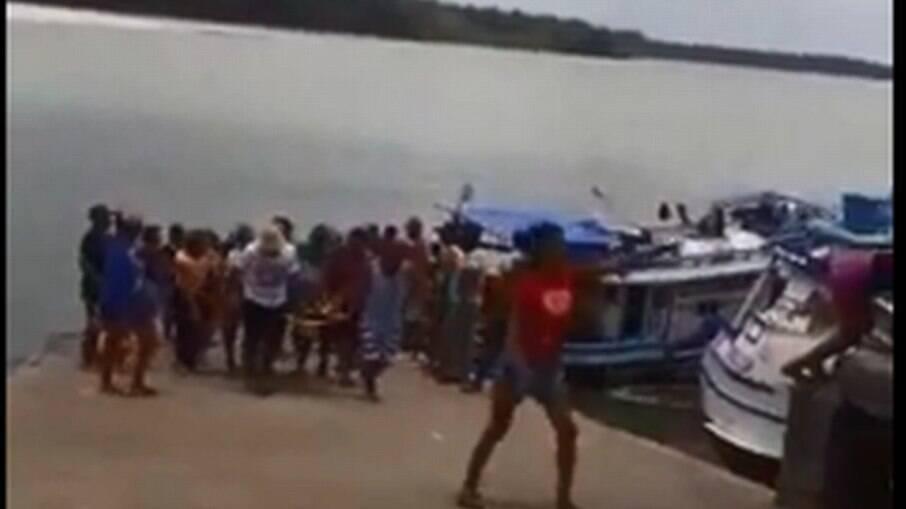 Momento em que pescador é socorrido após ataque de tubarão