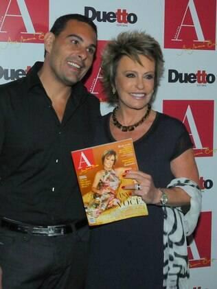 Ana Maria Braga com o marido Marcelo Frisoni no lançamento de sua revista: