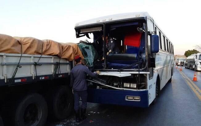 Uma criança morreu após o acidente entre um caminhão e um ônibus.