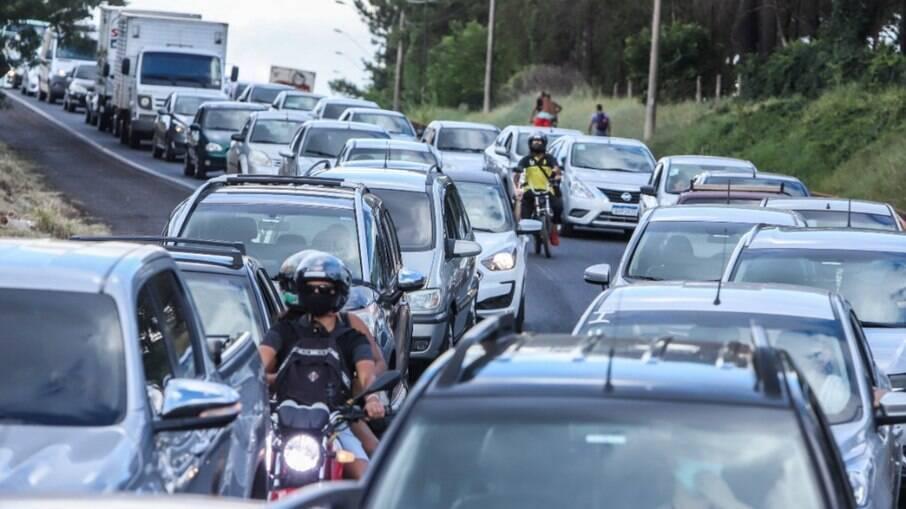 Motoristas reclamam de congestionamento em barreira sanitária de Araraquara