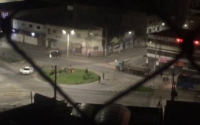 Criminosos pararam dois ônibus que passavam em uma das principais avenidas do município, fazendo mais de 20 reféns