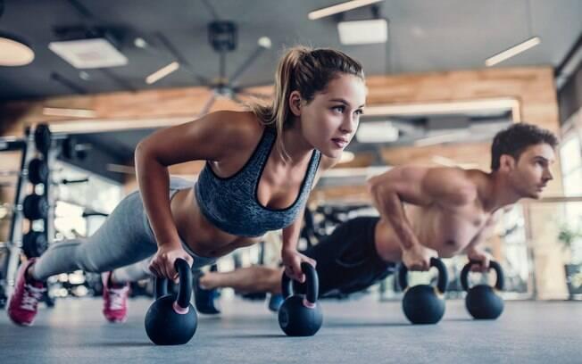 O especialista afirma que praticar musculação demais pode levar a pessoa ao nível de fisiculturismo