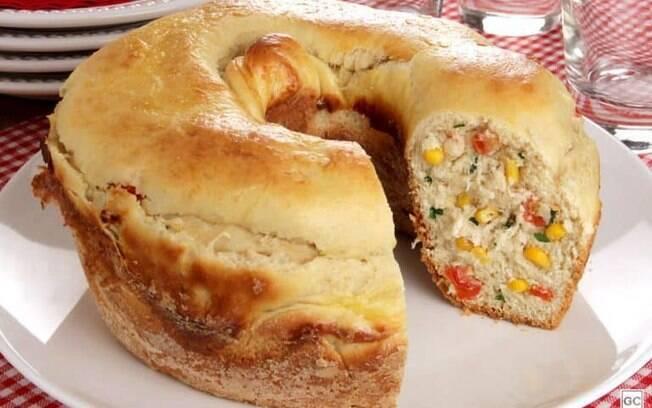 Pão recheado de frango com requeijão para um lanche completo
