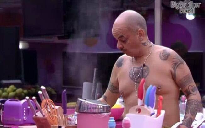 João Carvalho resolve adiantar o almoço após se refrescar na piscina