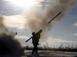 O Exército ucraniano e os rebeldes pró-Rússia combatem há meses pelo controle do aeroporto de Donetsk AFP PHOTO/ ANATOLII STEPANOV