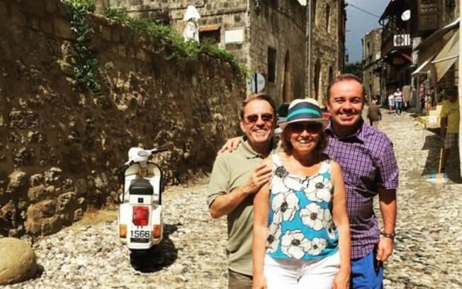 Gugu Liberato desembarca em ilha grega para curtir férias