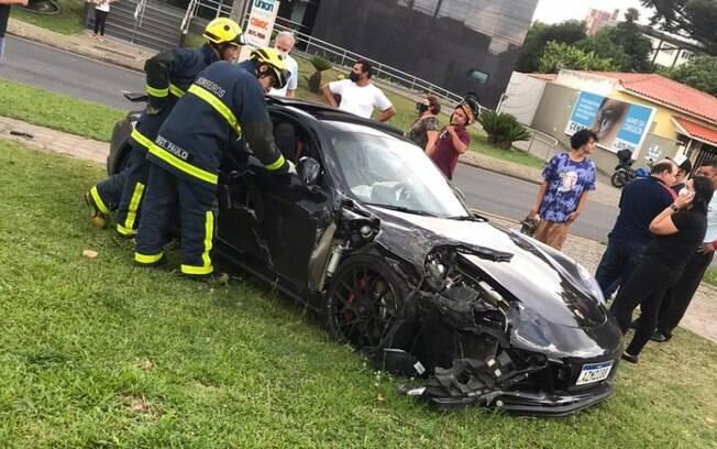 Motorista de Porsche teve de ser retirado do local para não apanhar de motoristas enfurecidos