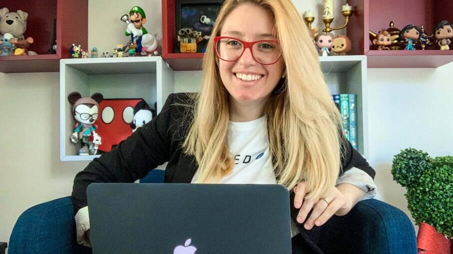 A YouTuber Carol Capel ficou famosa por falar sobre casos paranormais, alienígenas e aparições
