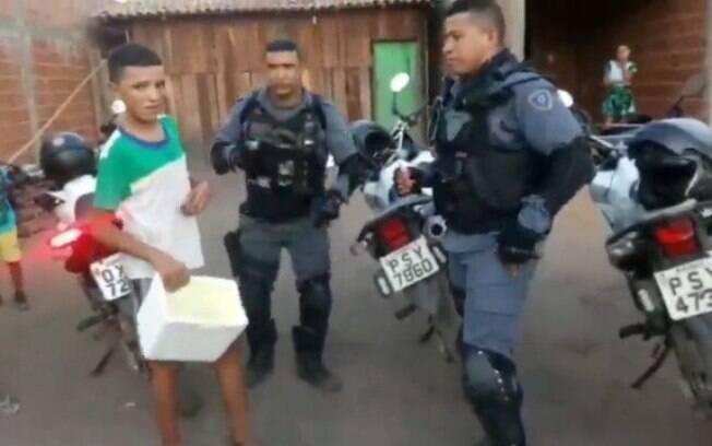 PMs compraram todos os sacolés de adolescente que era zombado no Maranhão