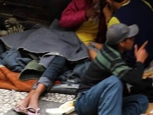 Especial meninas de rua: A história de uma jovem que lidera 20 crianças. Na foto, meninos e garotas consomem cola no centro de SP