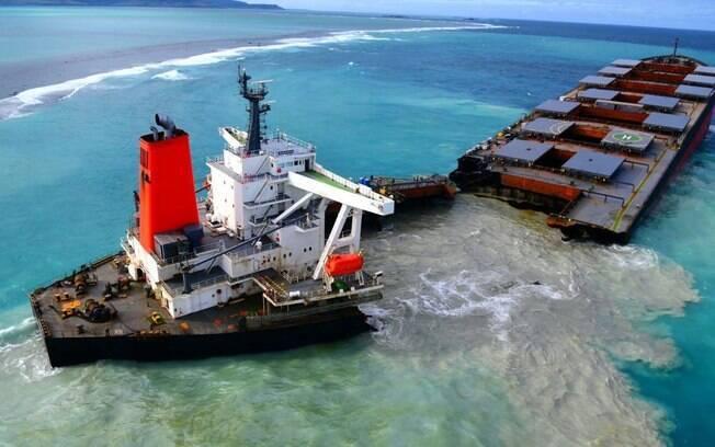 Óleo vazou depois que navio colidiu com recife.