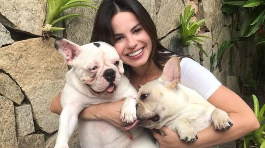 Sthefany Brito e seus cachorros, London e Montalcino. A atriz teve o primeiro filho em novembro do ano passado e vem administrando a relação do bebê com os cães